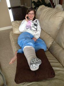 Trots besöket på akuten i en snöstorm kom hon hem rätt glad ändå. Gispet kunde inte läggas på ännu pga svullnaden. Det skulle ske om några dagar. Fast, kryckor blev det...