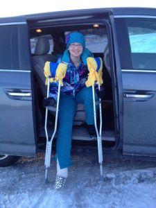 Brutet ben och kkryckor till trtos, kallar skolan. Här siter hon i bilen efter att jag hade kört henne de 50 metrarna till busshållplatsen! Trottoaren var alldeles för hal för henne att gå efter snöstormen dagen innan.