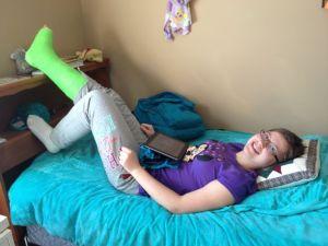 I torsdags fick hon sitt gips och undersökning. Så här glad var hon efteråt när vi var hemma igen. Hon fick en specialsko av läkaren och gipset är format så att hon får börja gå på foten så fort hon tycker att det går bra.