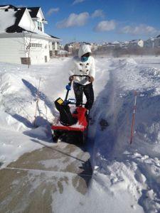 Dottern i färd med att lära sig hur en snöslunga används!