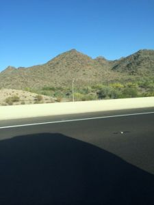 Bergigt ökenlandskap omger Phoenix.