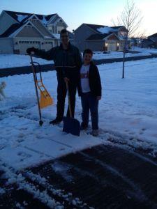 Maken och Sonen fick snällt ta fram snöspadarna och skotta efter den senaste snöstormen efter hemkomsten!