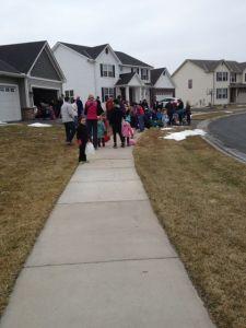 En hel del grannar mötte upp trots det kyliga vädret.