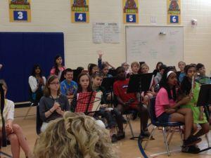 Hälften av fjärdeklassisterna före konserten. Sonen till vänster i blått.