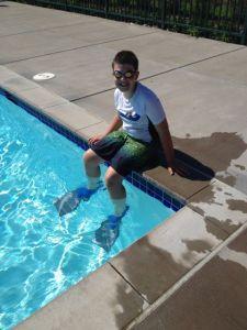 Sonen på kanten till simbassängen. Klar för sommarens första dopp!