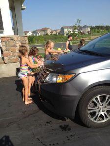 Dock bidrar värmen med fin sysselsättning för de egna och grannbarnen. Här är det vår Honda som får sig en omgång!