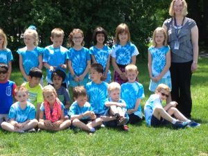 Lillan med sin klass. Alla klädda i sina t skjortor som de färgat när de läste och lärde sig om tyg!