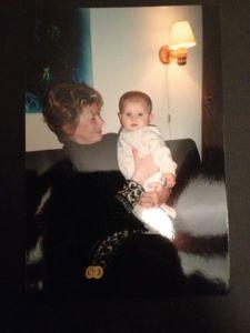 Mommo håller Dottern i november 2000 när vi var på besök hemma i Jakobstad.