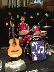Sonen spelade trummisen i pjäsen och mamman var mer än stolt!