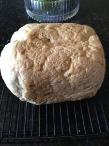 Det nybakade brödet kallnar innan det packas ner färdigskivat i korg med handduk över.