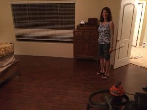 En glad och nöjd svägerska med nytt laminatgolv i sovrummet, hallen och lekrummet på övre våningen.