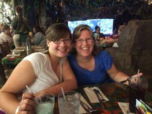 Dottern och jag vid restaurangen Rainforest cafe vid Mall of America