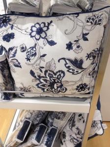 Vit kudde med blått mönster.
