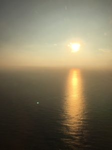 Solnedången tageyt från flyget just innan vi landade.