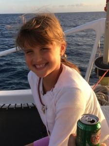 Lillasyster blev en aningen sjösjuk, men kastade aldrig upp. Vi rådde henen att hålla sig på övre däck av båten och efter en stund strotrivdes hon igen!