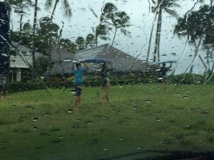 Iväg till stranden går de. Fotot taget genom vindrutan pga det nerösande regent.