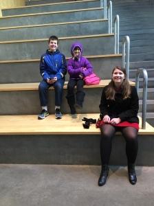 Barnene satt på 'the Grand Stair Case' medan vi väntade på att Maken hämtade bilen i kölden.