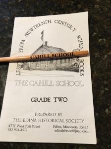 Skriv och läsboken och pennan som Lillasyster köpte i den lilla gåvoaffären. Läsförståelsen är tagen ur en annan källa, år 1879. Det var intressant att läsa igeom den!